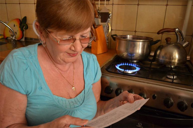 женщина смотрить квитаниции